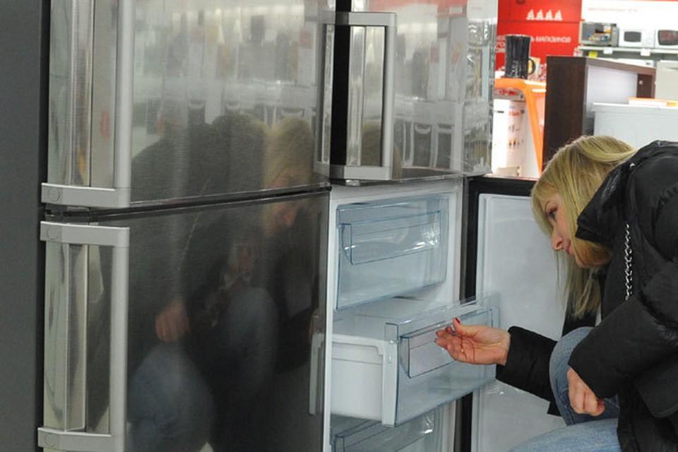 Люди боятся что их сбережения обесценятся, вот многие и решили, что свои сбережения нужно вложить в товары длительного пользования, например, купить холодильник или телевизор