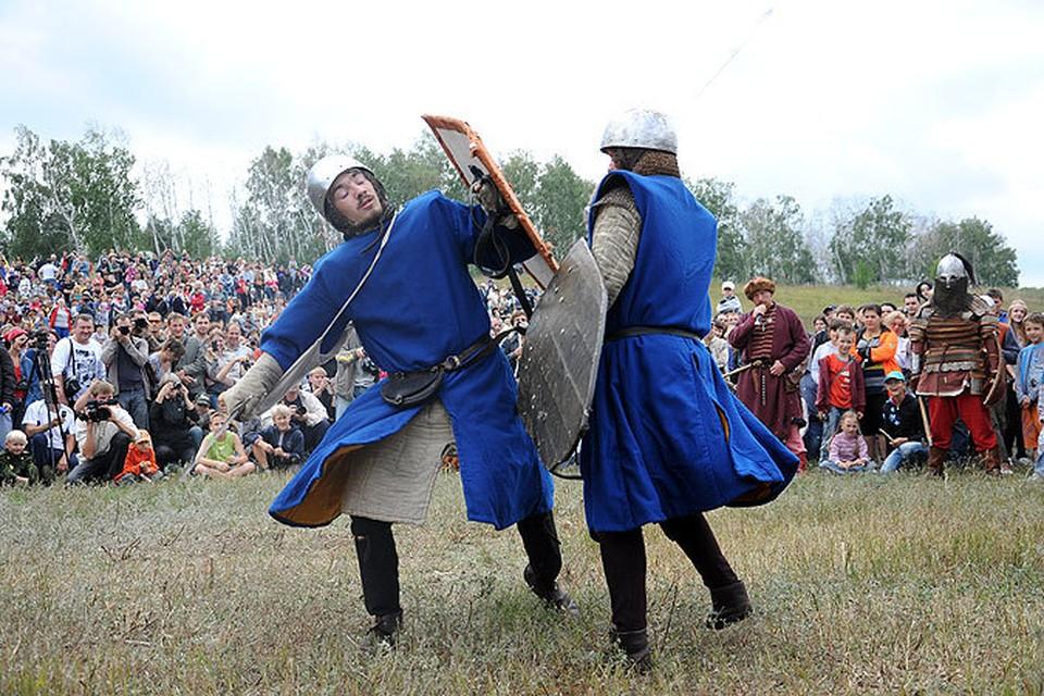"""На фестивале """"Ратное дело"""" сражаласиь средневековые рыцари"""