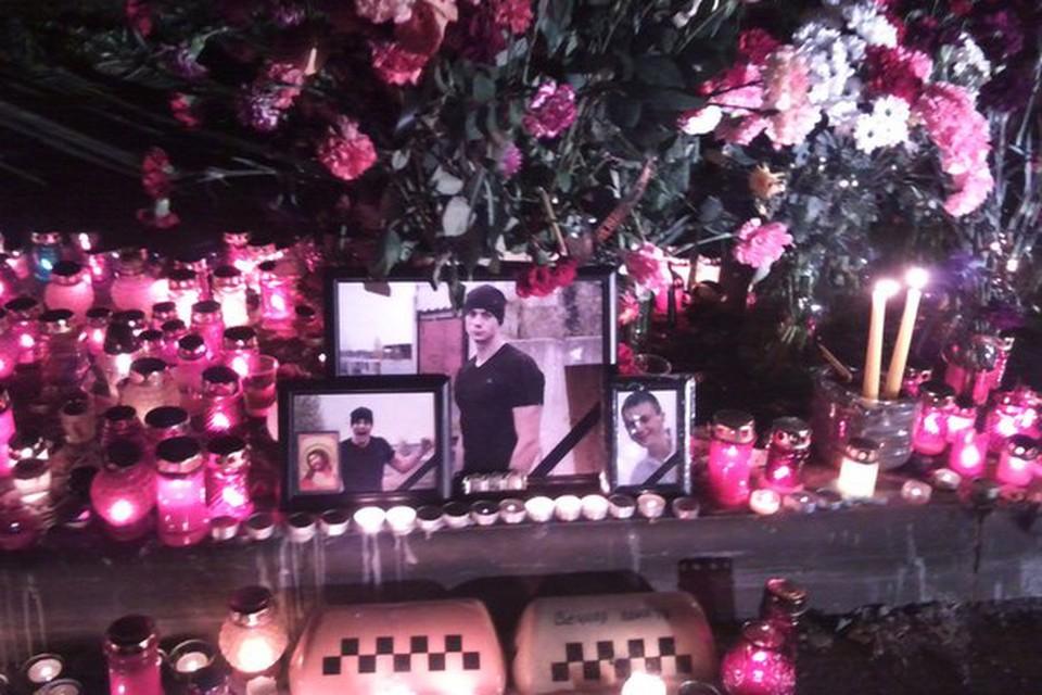 Горожане зажигают свечи на месте гибели Алексея Краско.