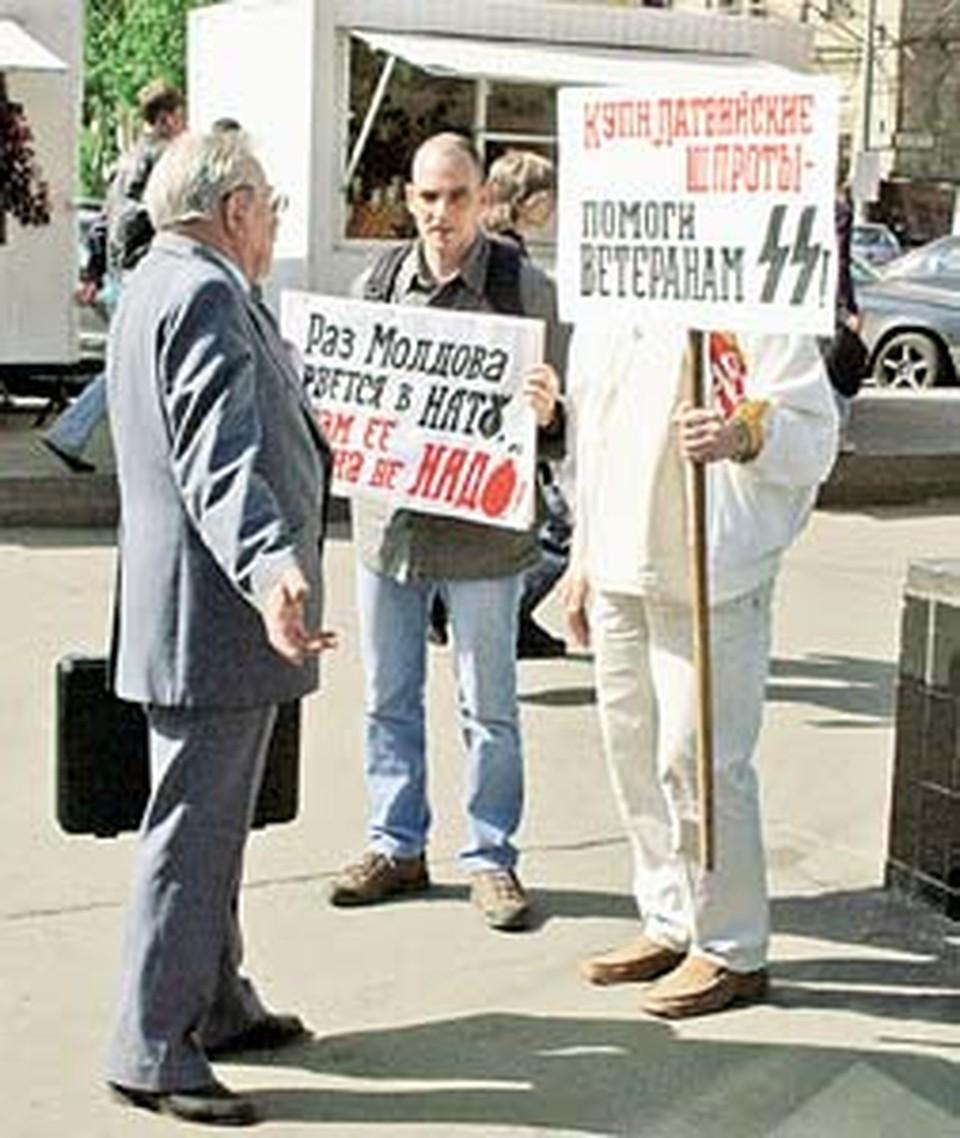 Прохожий с «дипломатом» определился с выбором шпрот и без нашей демонстрации: - Я эту гадость в рот не беру и вам не советую!