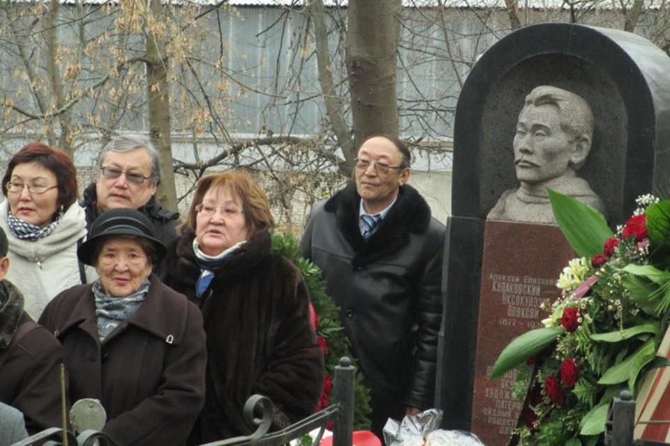 Члены делегации почтили память выдающегося сына якутского народа, основоположника национальной литературы Алексея Елисеевича Кулаковского.