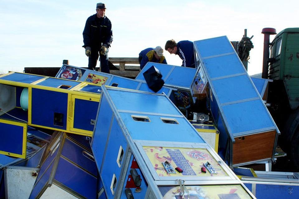 Полицейские уничтожили аппараты.