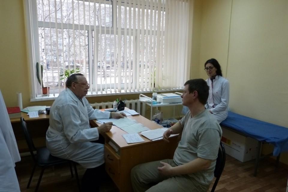 После ЭКГ известный далеко за пределами Рязани врач Александр Куропов проводит консультацию