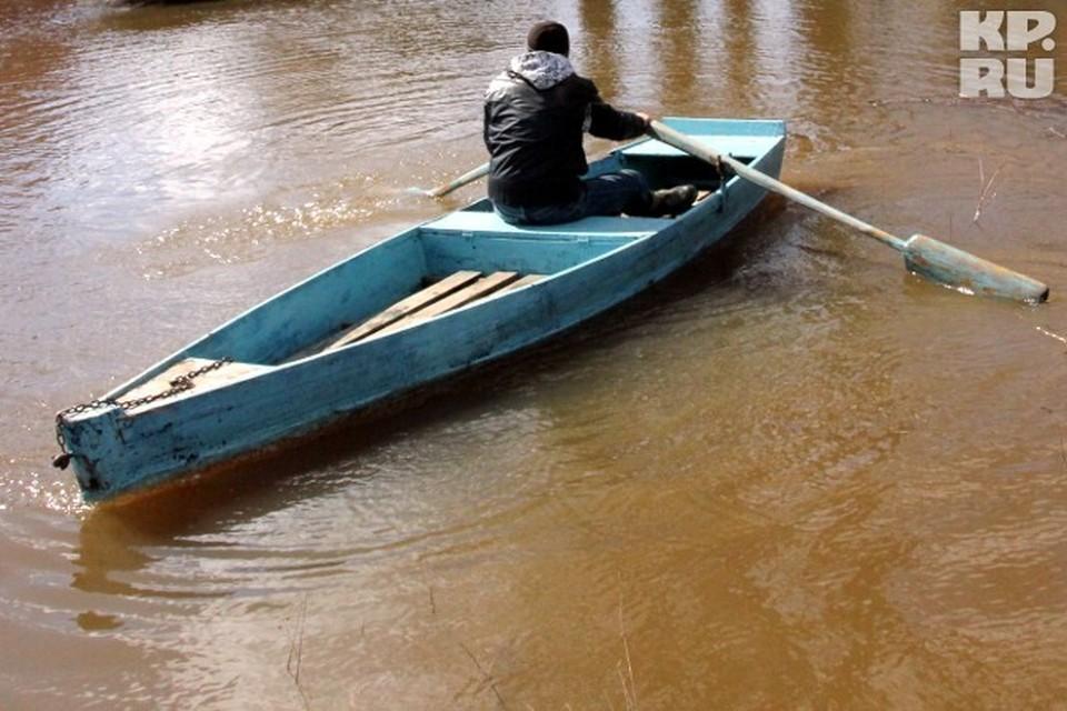 Мужчины с детьми пропали катаясь на лодке