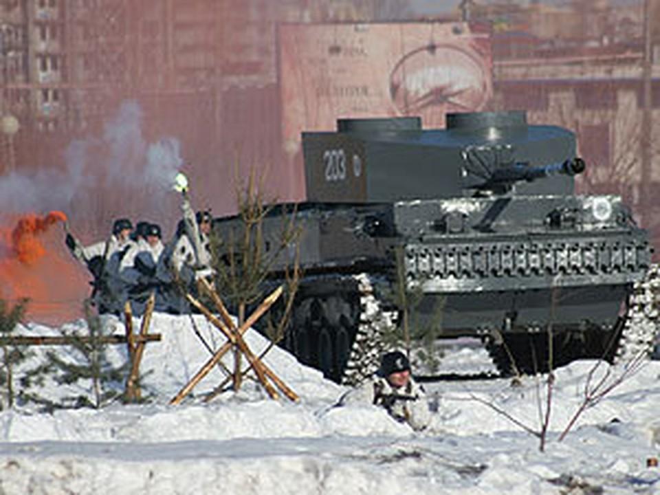 Дымовые шашки и взрывпакеты придавали реализм происходящему на стадионе танкового училища.