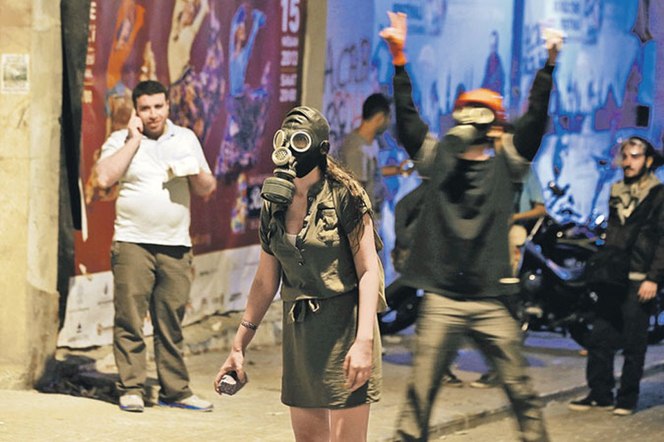 Оружие турецких революционеров лета 2013-го - булыжник и противогаз, спасающий от газовых атак полиции.