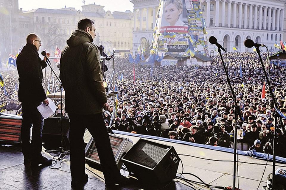 Между этими майданами три века. Так Украину в Европу зовет боксер-тяжеловес Кличко (справа)...
