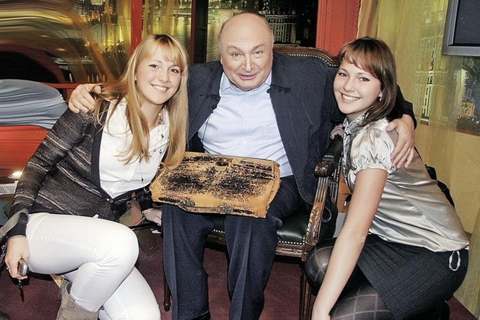 Юмор Жванецкого привлекает уже не одно поколение почитателей. На фото писатель  (на коленях - тот самый портфель) со студентками Бауманского университета.
