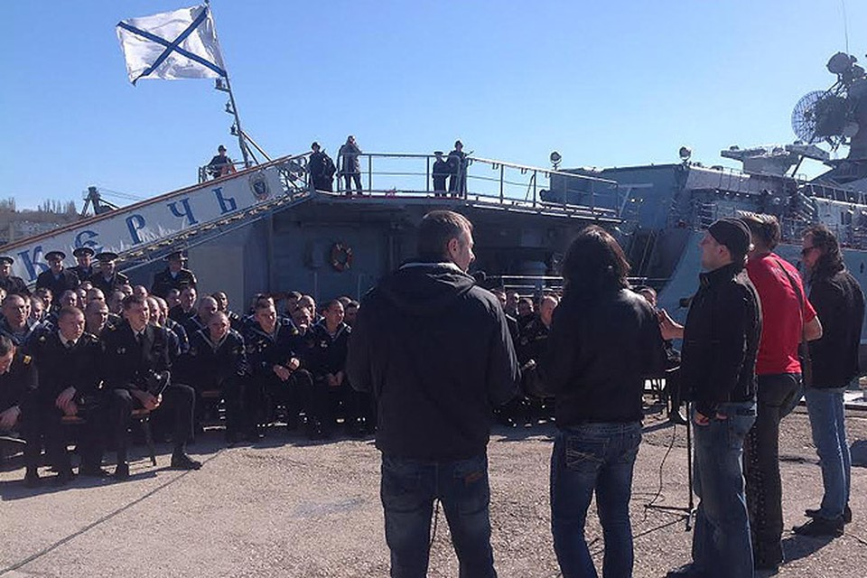 """Музыканты группы """"Земляне"""" выступают перед моряками российского флота в Крыму"""