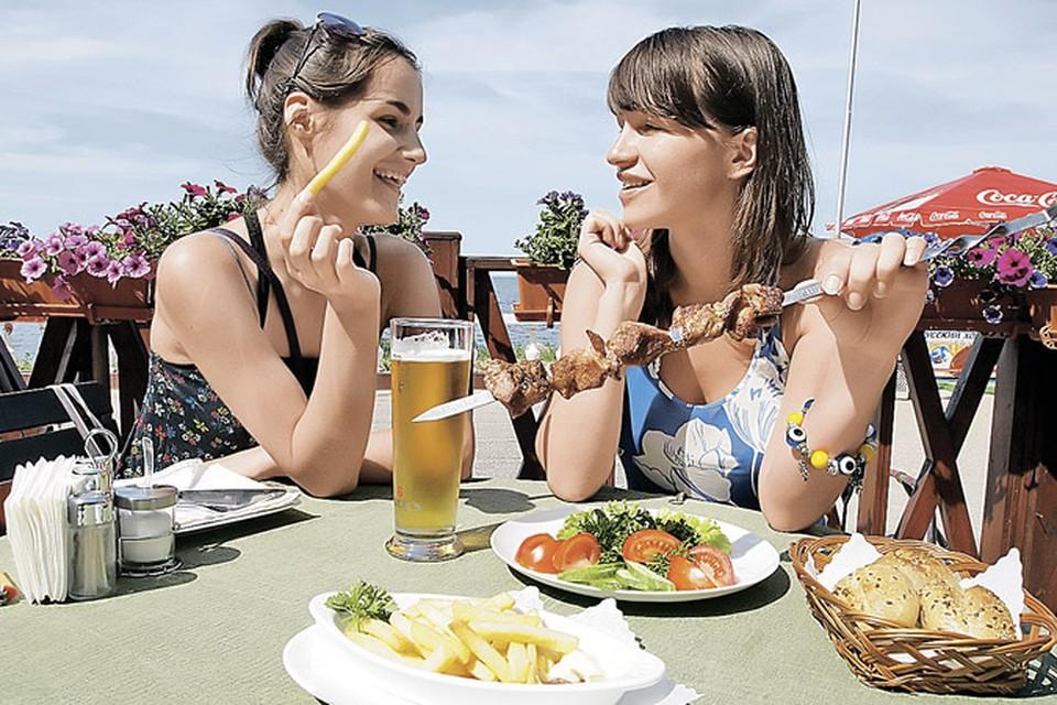 Праздники - это не только веселые вылазки на природу, но и два-три похода с друзьями в кафе. Главное, полезные правила не забывайте!