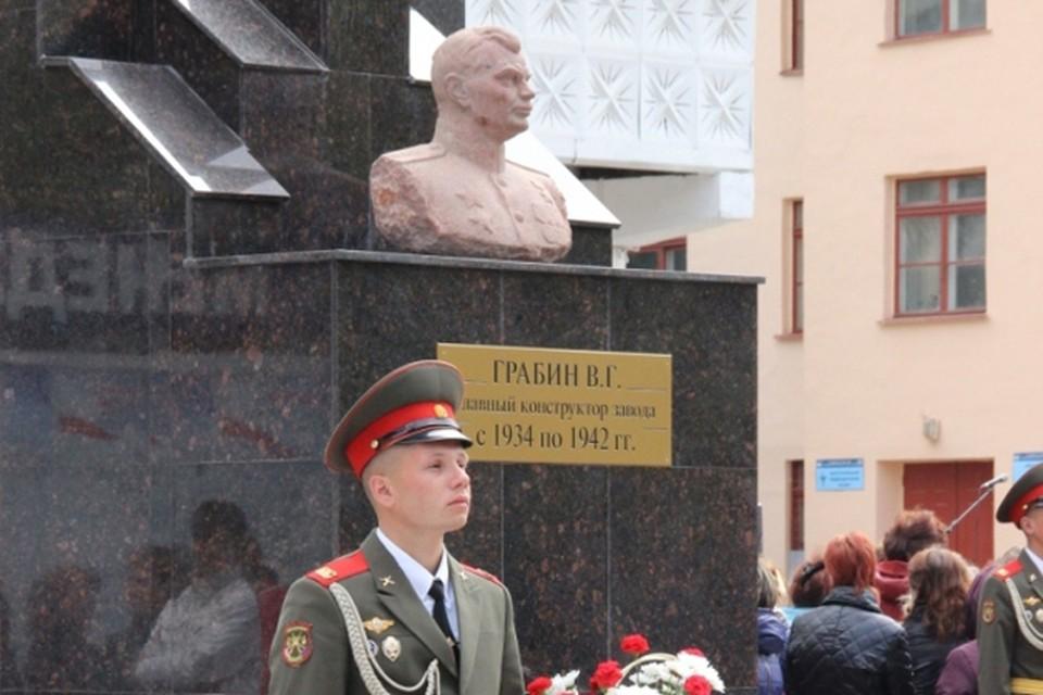 Бюст в честь конструктора знаменитой пушки ЗИС-3 установлен на территории Нижегородского машиностроительного завода.