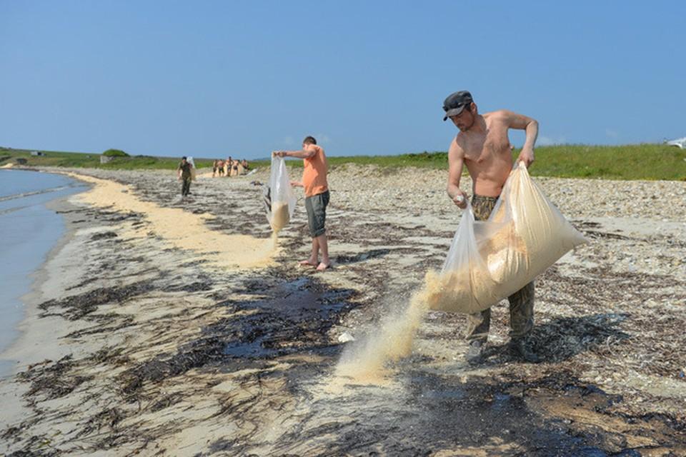 Мазут на берегу смешивают с опилками
