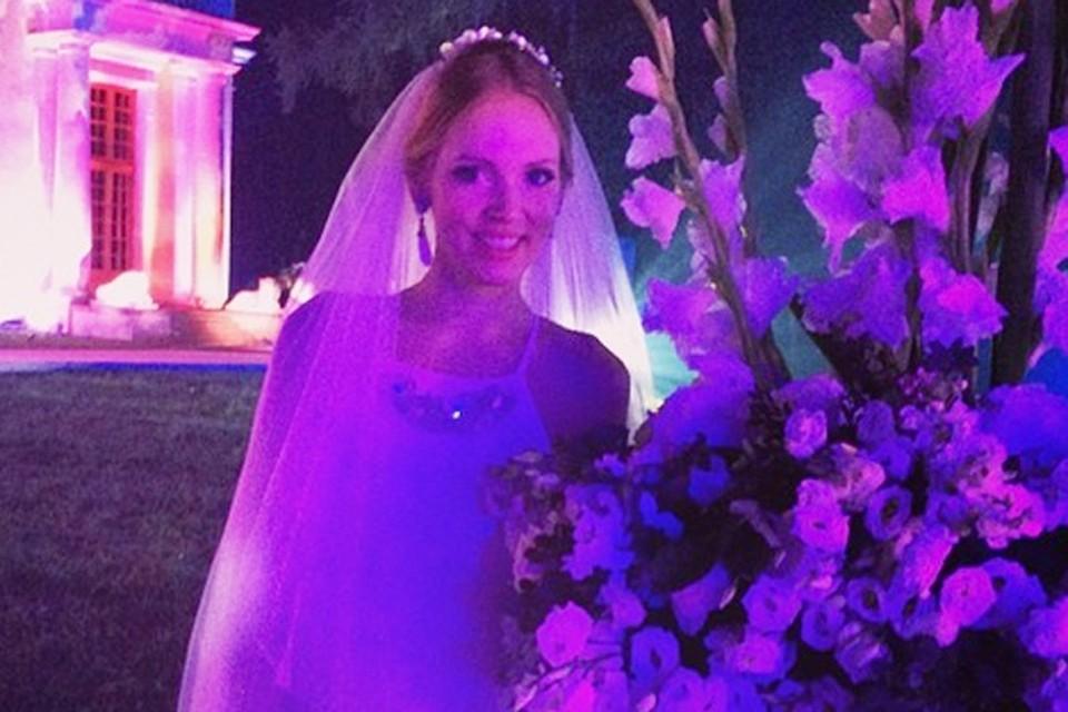 Ну и сама Олеся радостно постила свадебные снимки, где видно, что невеста за свадьбу успела сменить минимум два платья