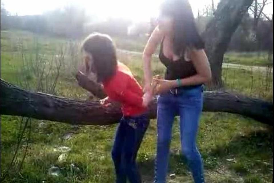 видео как над девушкой издеваются семеро парней
