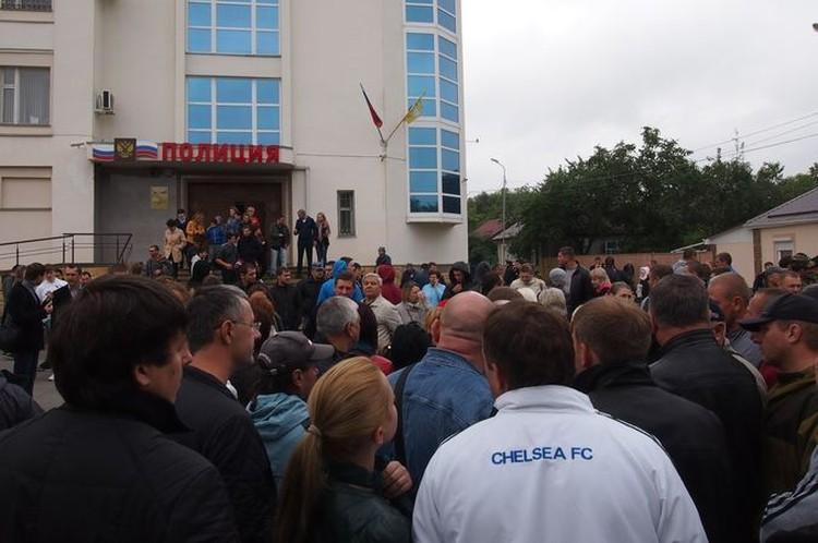 У здания полиции собралось около 300 человек.