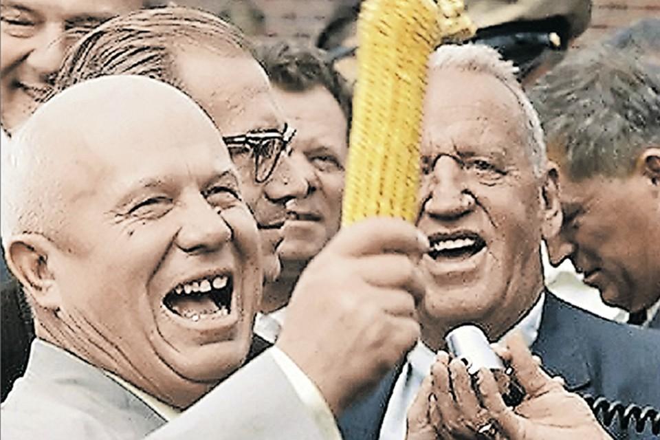Никита Хрущев и фермер Россуэл Гарст оценивают урожай американской кукурузы. Снимок сделан в штате Айова в сентябре 1959 г. во время визита главы СССР в США. Фото: EAST NEWS