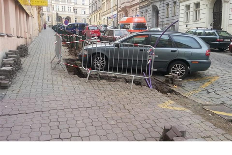 Не оставалось ничего другого, как изменить линию кабеля в обход авто.  Фото: facebook/vinegret