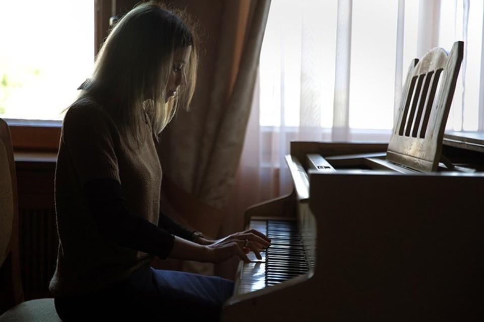 На рояле Николая II в Ливадии главный прокурор Крыма исполнила отрывок из произведения «А цыган идет» из фильма «Жестокий романс». Фото – Руслан Шамуков/ТАСС