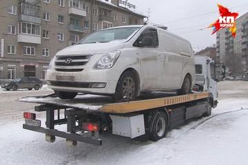 В Новосибирске уже сутки отчаянный водитель бойкотирует эвакуаторщиков, не выходя из своей машины