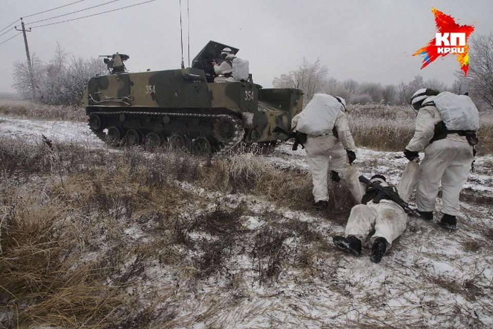 Военнослужащие загружают в БТР-МДМ условно раненого