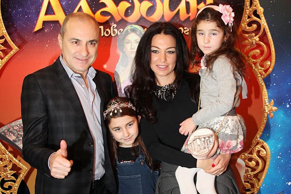 Михаил Турецкий пришел с женой Лианой и двумя дочками - девятилетней Эммануэль и пятилетней Беатой