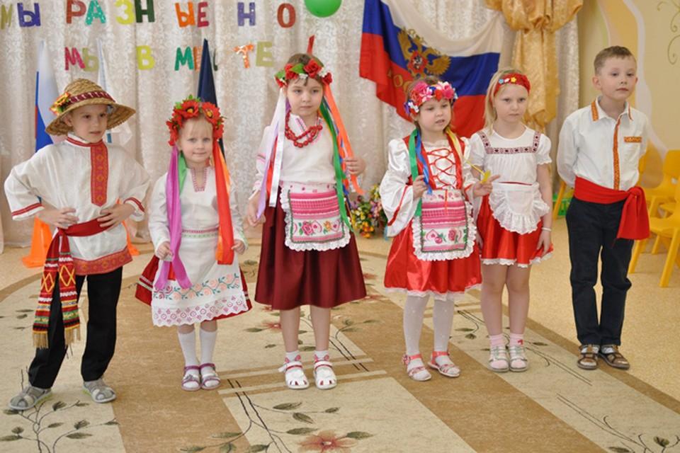 Дети в национальных украинских костюмах