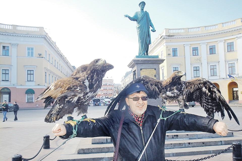 Степные украинские орлы ради корма готовы прислониться к любому. Фото: Сергей ПОНОМАРЕВ