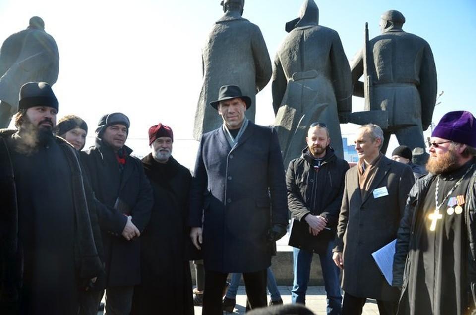 Николай Валуев гармонично смотрелся на фоне монументальных фигур.
