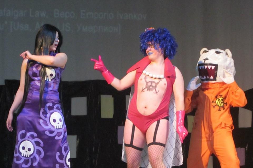 Молодой человек, переодевшись в персонажа мультфильма с рейтингом 12+, предстал перед несовершеннолетними. фото: vk.com/kinkifest