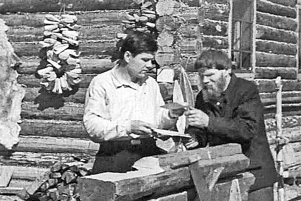 Документальный кинокадр 1941 года: в далекий сибирский поселок  Федору Мартемьяновичу Собянину (деду нынешнего мэра Москвы) пришло письмо с фронта от сына Герасима. Он читает его с сыном Филиппом, который вскоре тоже отправится на фронт.