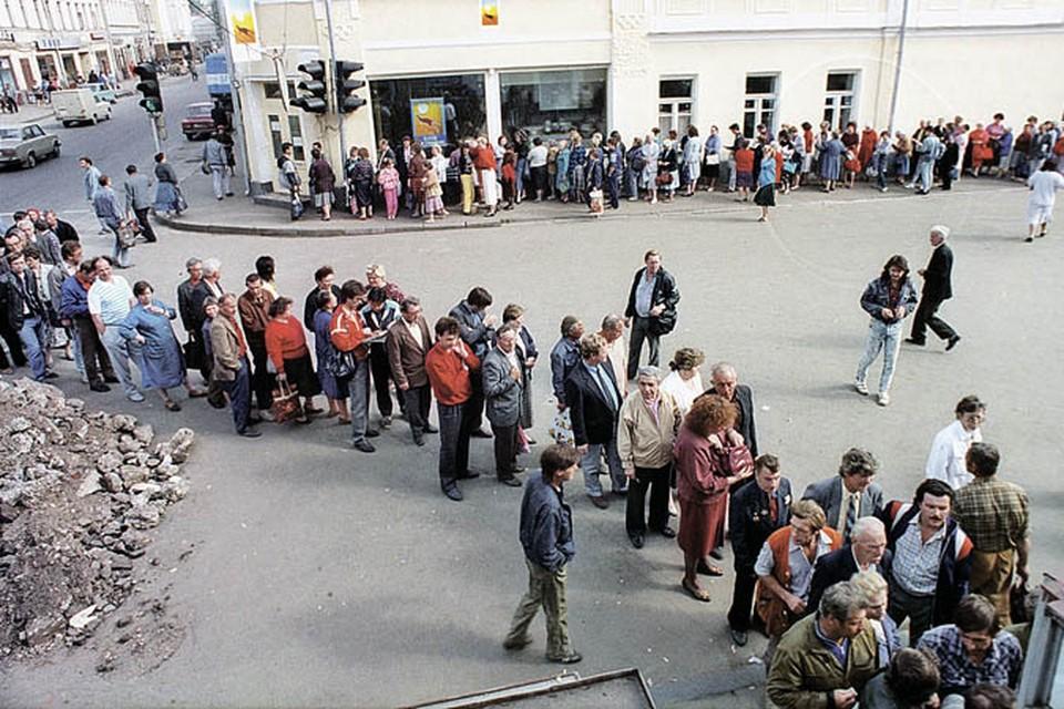 Очередь за спиртным порой растягивалась на квартал. Москва, 1988 год.