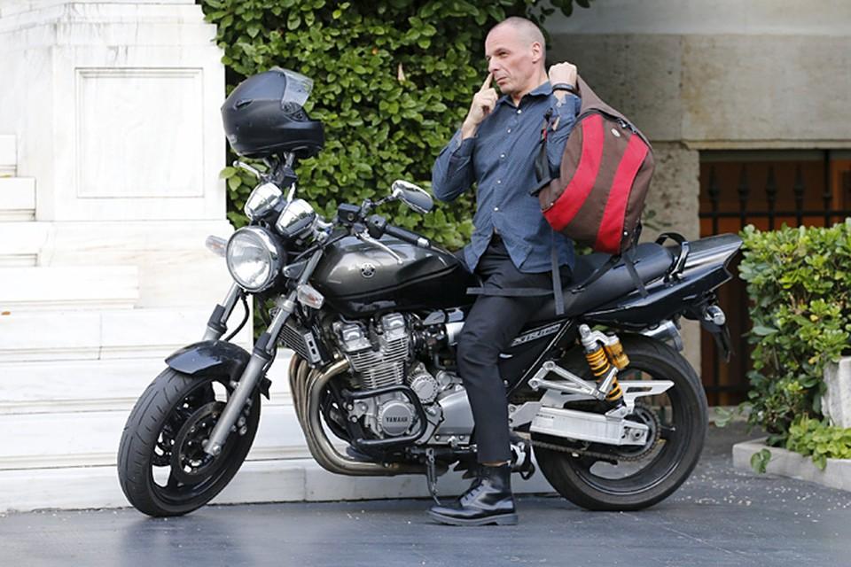 Министр финансов Греции ездит на службу на мотоцикле