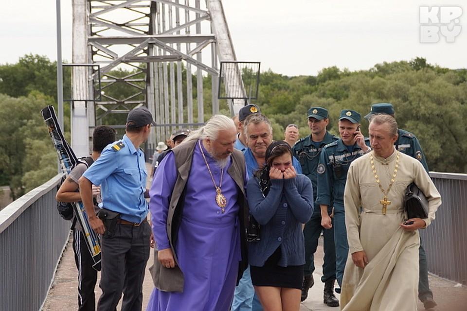 Епископ увел девушку, взяв под локоть