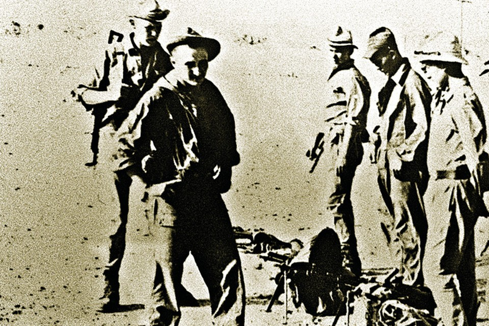 1982 год. Сергей Пивоваров (на переднем плане) и его бойцы с отбитым у душманов оружием. Фото: личный архив.