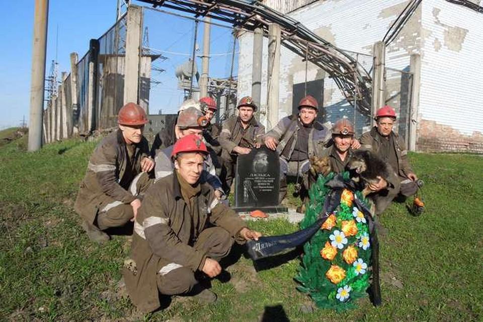 Шахтеры, положив венок с Кавказа на могилу Ляльки, говорят: Спасибо, что тоже помните!
