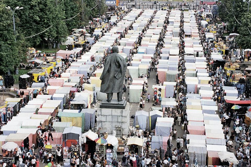 Рыночная экономика в России строилась стихийно.  И дефолт 1998 года едва не привел к тому, что реформы могли быть свернуты. Кто не знает или забыл - таким был вещевой рынок на стадионе «Лужники». Фото: ТАСС