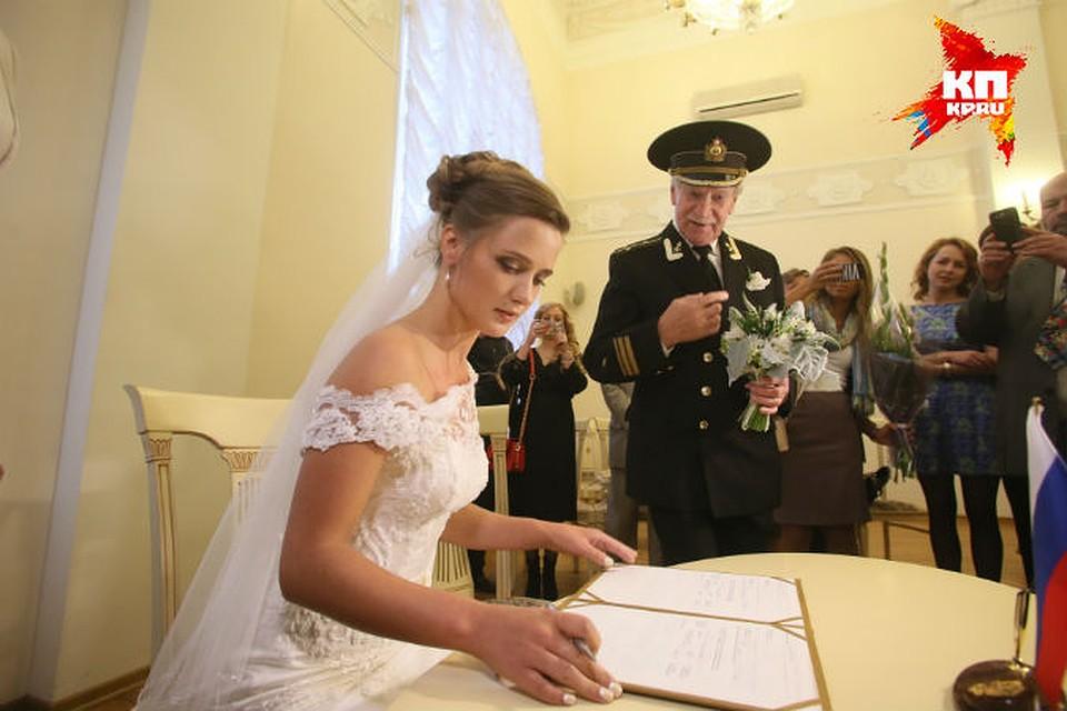 Невесту жениха решили заценить все его друзья
