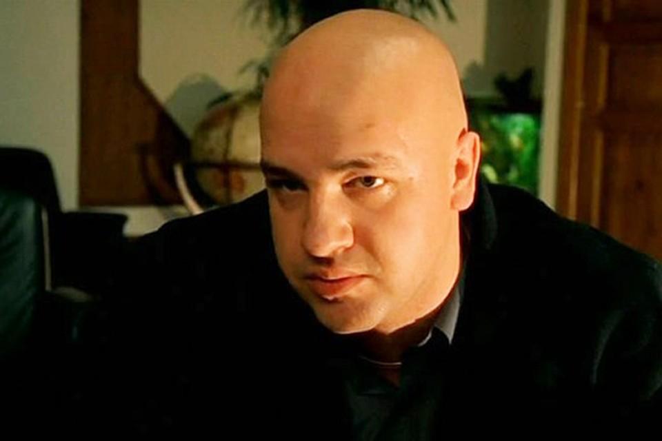 Габаритный мужчина с гладковыбритым черепом. Фактурный типаж «привет из 90-х»