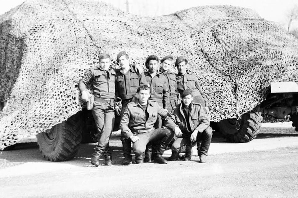 Рядовые советской армии технического дивизиона С-200 ходили в Сирии в местной форме, но без знаков отличия. Валерий Анисимов на фото стоит второй слева. Фото: из личного архива Валерия Анисимова.