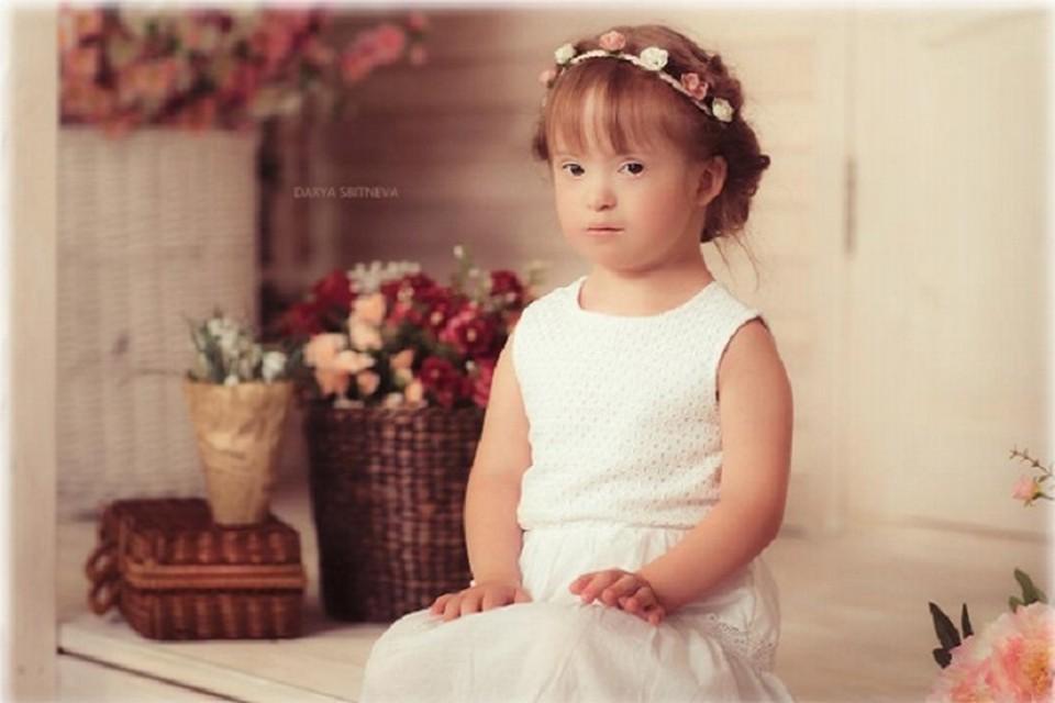Маленькая тюменка с синдромом Дауна стала фотомоделью журнала «Fashion book». Фото общественной организации помощи людям с синдромом Дауна «Солнечный луч»