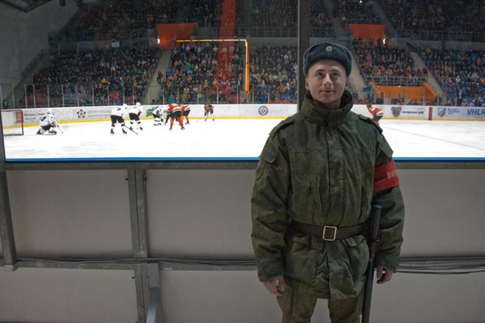 Из стража хоккейных ворот - в защитники Родины Фото: Николай СТЕРНИН