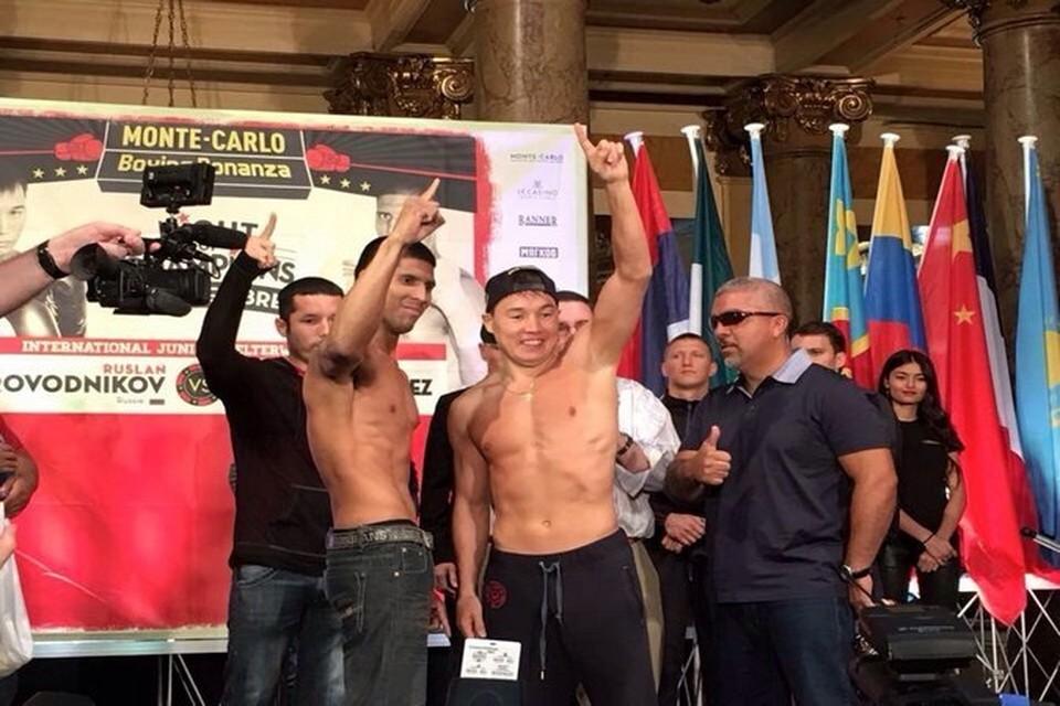 После победы со своим соперником. Фото - официальная страница боксера.