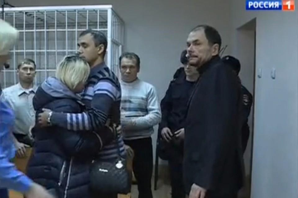 Виктор Ганчар перед отправкой в тюрьму. На плече рыдает супруга: ей теперь одной придется воспитывать детей.