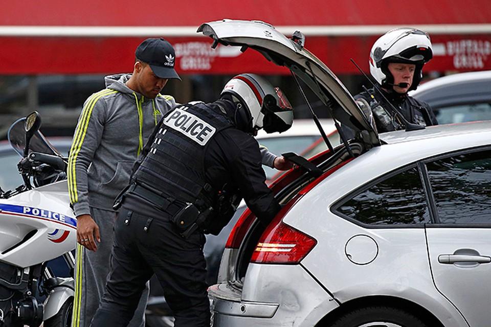 Расследование идет, полицейские ходят по Парижу с автоматами
