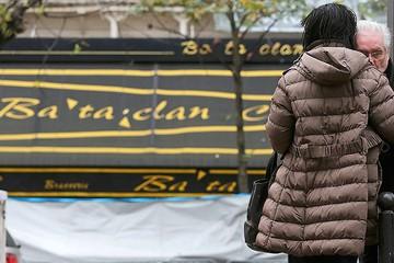 Париж: люди плачут при первых звуках печальной музыки