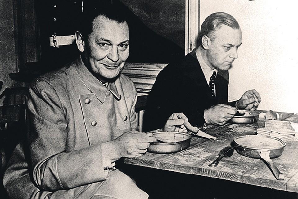 Командующий ВВС Германии Герман Геринг (слева) и заместитель Адольфа Гитлера по идеологии Альфред Розенберг обедают в перерыве между заседаниями. На аппетит нацисты не жалуются... Фото: FA Bobo/PIXSELL/PA Images