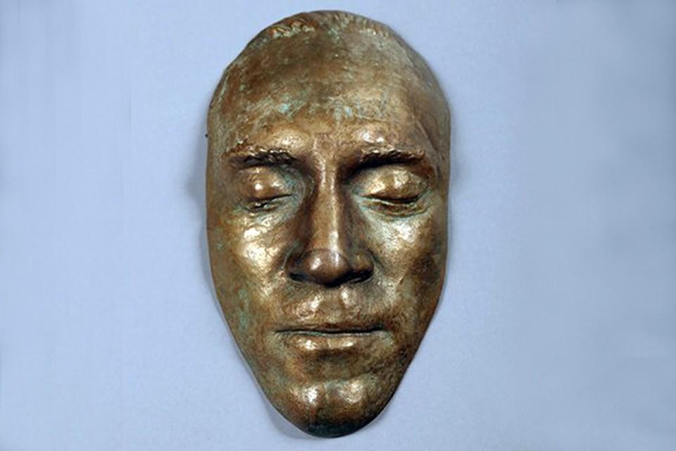 Посмертная маска Владимира Семеновича, отлитая в бронзовом сплаве, не была особо востребована публикой: при начальной цене в 30 000 евро нашла своего покупателя всего за 55 000 евро