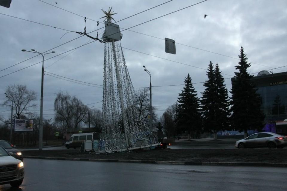 После аварии елка на Садовой стала выглядеть так.