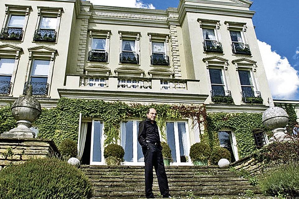 Шикарный особняк в графстве Суррей, на фоне которого горделиво позировал Березовский, он вскоре продал. Так же, как и почти все остальные дома в Великобритании. Фото: Getty Image