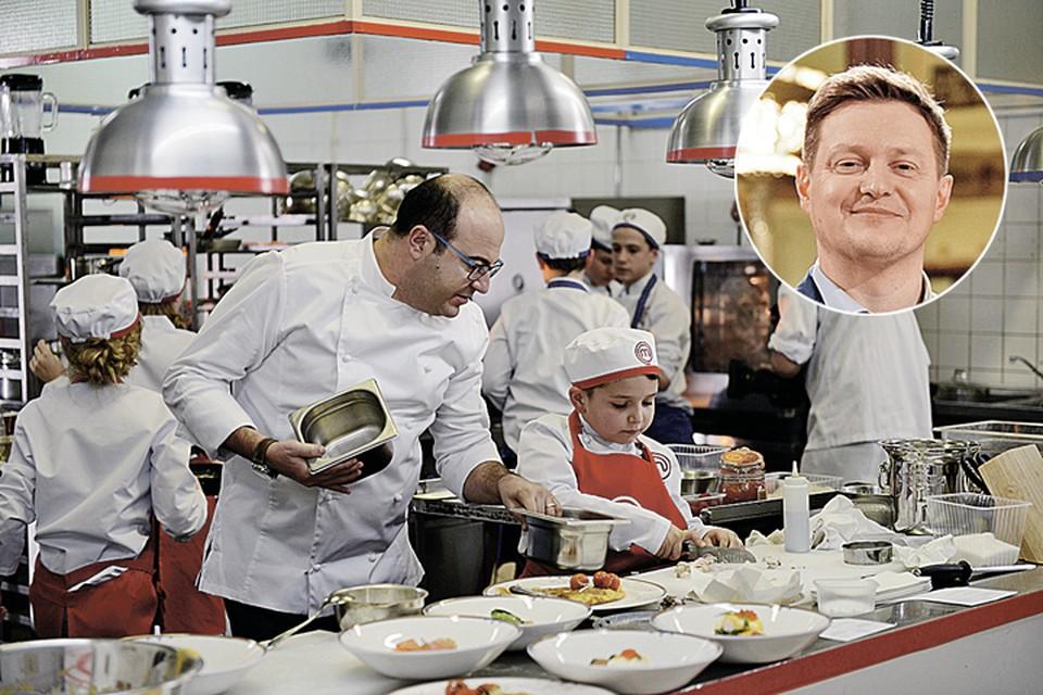 Бренд-шеф Андрей Шмаков (слева в кружке) оценил кулинарные навыки воспитанников повара Джузеппе Д'Анджело. Фото: канал СТС.